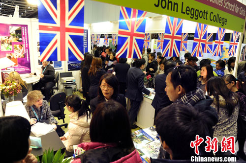 Am vergangenen Wochenende fand die China Education Expo (CEE) 2015 in Shanghai statt. Etwa 300 Hochschulen aus über 30 Ländern und Regionen waren dort vertreten, um chinesische Abiturienten für die Wahl ihrer Institutionen zu gewinnen.
