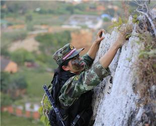 Das Foto zeigt eine Übung des Soldatinnen-Kommandos der chinesischen bewaffneten Polizei. Die Soldatinnen des Kommandos kletterten mit bloßen Händen auf das Kliff.