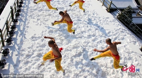 Henan: Shaolin-M?nche üben Kongfu im Schnee