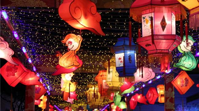 Laternen erleuchten die Nacht in China