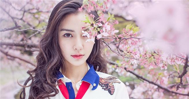 Schöne Schauspielerin mit Kirschblüten