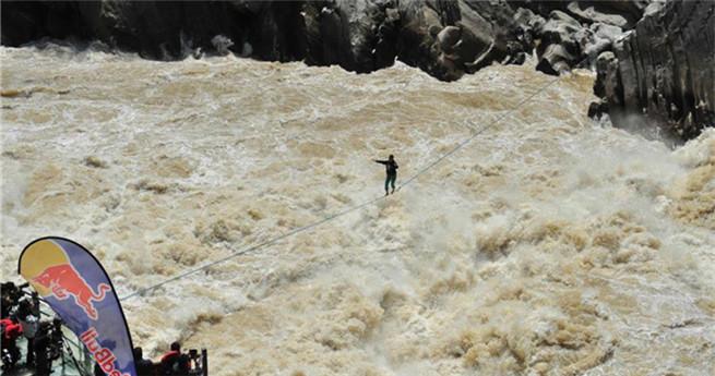 Chinesischer Extremsportler balanciert 60 Meter auf Gurtband zwischen zwei Klippen
