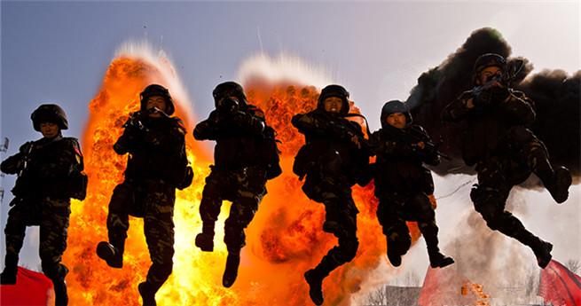 Chinesische Spezialeinheiten: weibliche und männliche Soldaten wettkämpfen in einem Spiel