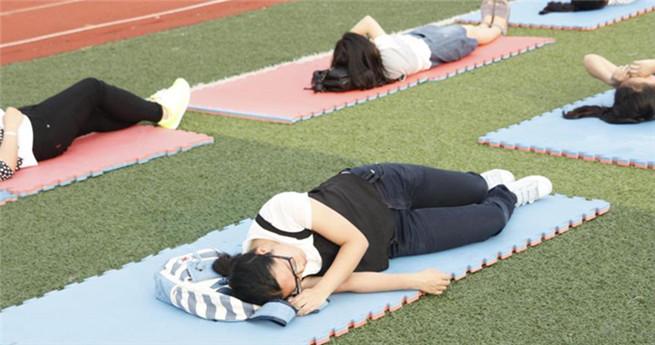 Schlummer-Aktion von über 80 Studentinnen in Wuhan