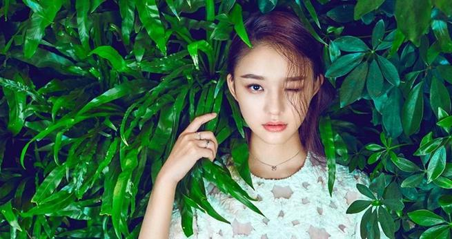 Schauspielerin Lin Yun posiert für Modemagazin
