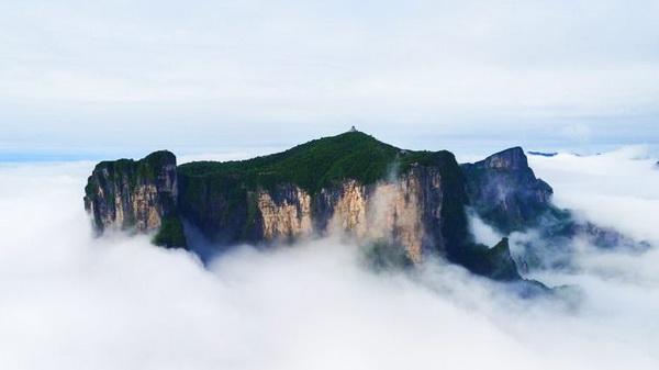 Zhangjiajie: Tianmen-Berg schwebt im Wolkenmeer