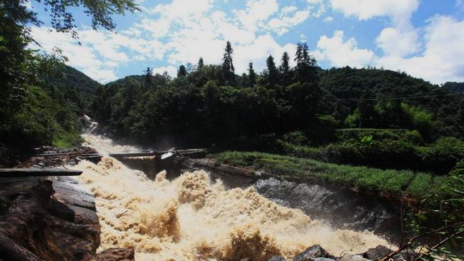 Zentralchina: Unwetter führt zu Gebirgshochwasser und Erdrutsch