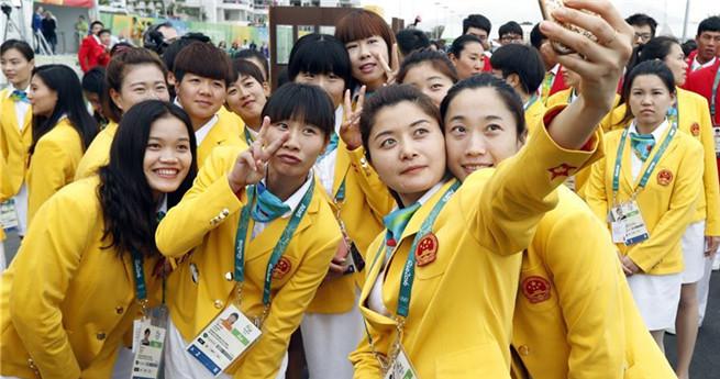 Die olympische Delegation Chinas beim feierlichen Flaggenhissen