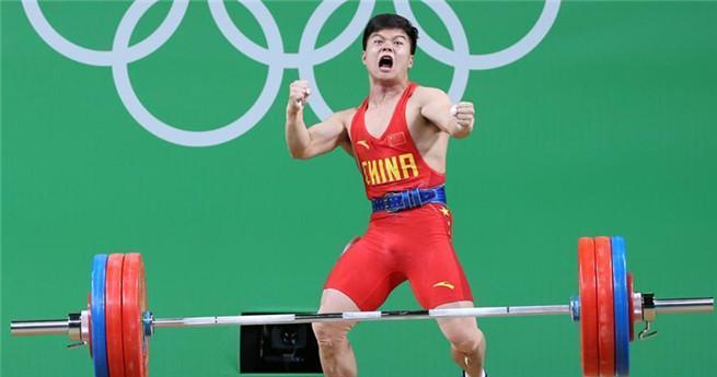 Long Qingquan holt erstes Gold für China im Gewichtheben in der Klasse bis 56 Kilogramm.