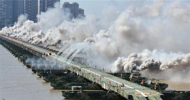 In nur 26 Minuten: Chinas Armee baut Brücke über den Jangtse