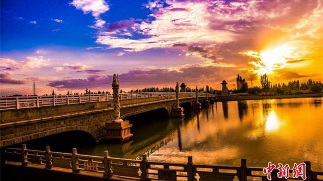 Die abendliche Wasserlandschaft Dunhuangs berauscht ihre Besucher