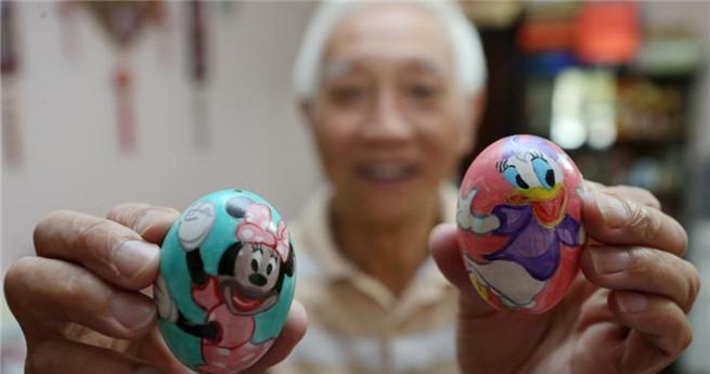 Fei Yongquan mit seinen bemalten Eierschalen