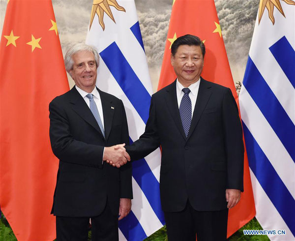 Der chinesische Präsident Xi Jinping (r.) schüttelt die Hand seines Amtskollegen Tabare Vazquez aus Uruguay.