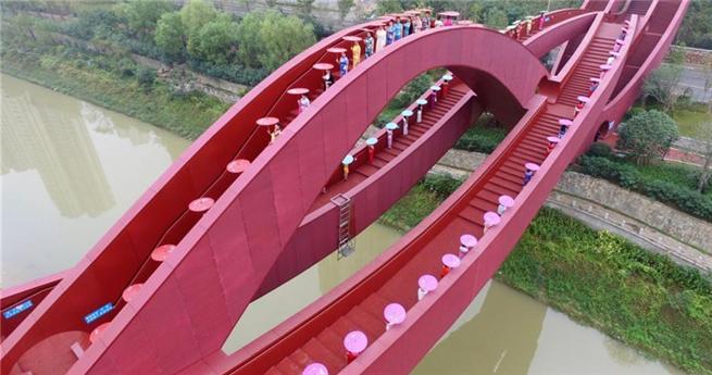 """Traditionelle Mode auf der """"Brücke des chinesische Knotens"""""""