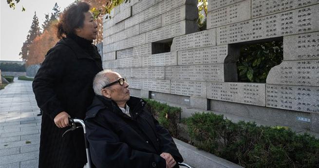 Menschen gedenken Familienmitgliedern im Vorfeld des Nationalen Gedenktags für Opfer des Massakers in Nanjing