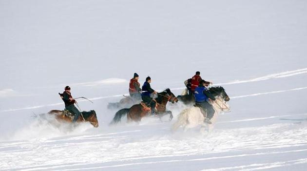 Xinjiang: Hirten reiten Pferde im eiskalten Wetter