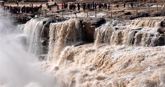 Zahlreiche Touristen str?men zu Nordchinas Hukou-Wasserfall