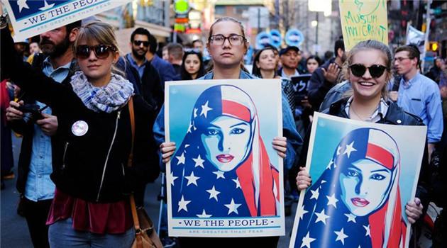 Gegen Trumps Einwanderungspolitik: New Yorker versammeln sich auf dem Times Square