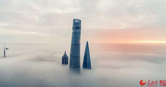 Luftaufnahmen: Shanghai in den Wolken
