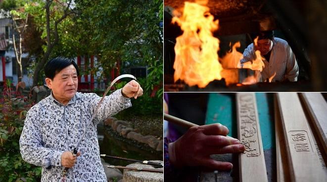 Ein Handwerker erhitzt ein Schwert.