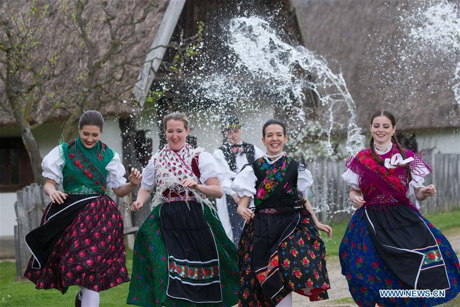 Ungarische kleidung traditionelle Ukrainische traditionelle