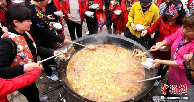 Büffet für 3000 Leute: Essen aus riesigen Töpfen