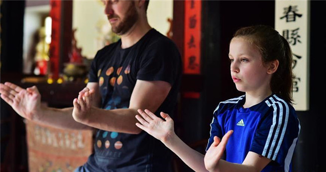 Deutsche Schülerin lernt chinesische Kampfkunst