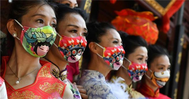 """Show von """"Peking-Oper-Mundschutz"""" in Nanjing"""