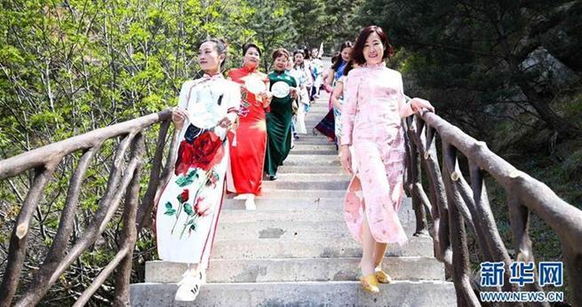 Qipao-Show im Yimeng-Gebirge