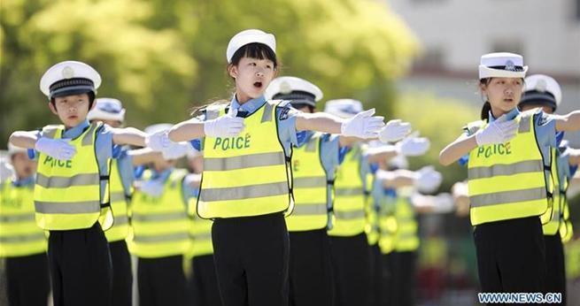 Hohhot: 1000 kleine 'Verkehrspolizisten' beim Wettbewerb