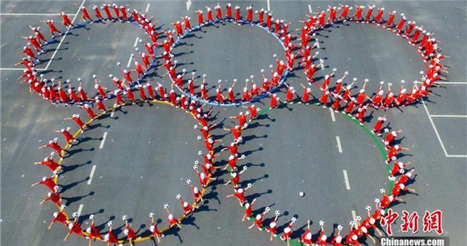 300 Schüler treiben Fußball-Gymnastik