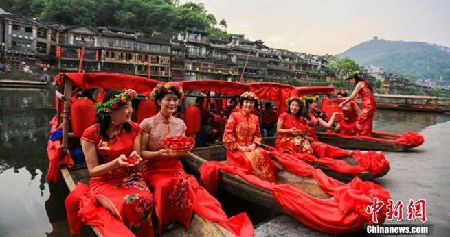 Fenghuang: 'Nostalgische Hochzeit' auf dem Wasser