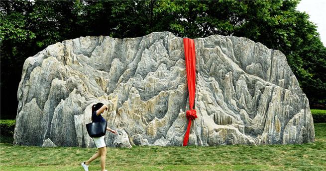 Schwerstes Geschenk für Alma Mater: ein 150-Tonnen-Stein