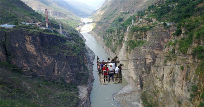 Asiens höchste Schwebefähre soll bald einer Brücke weichen