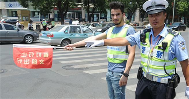 Ausländer assistieren Verkehrspolizei in Jinan