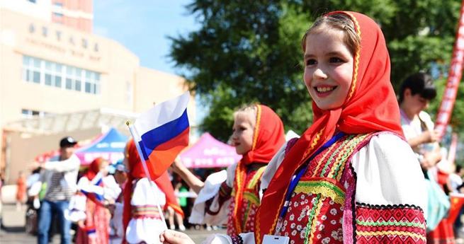 Parade auf dem 8. chinesisch-russischen Kulturmarkt