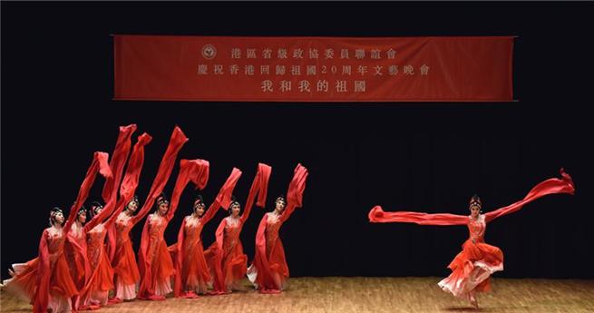 """Die Künstlerinnen führen auf der Abendveranstaltung den Tanz """"Charme des Staates"""" auf."""