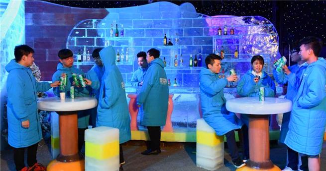 40 Grad Temperaturunterschied: Bar aus Eis bietet im Sommerkühles Paradies