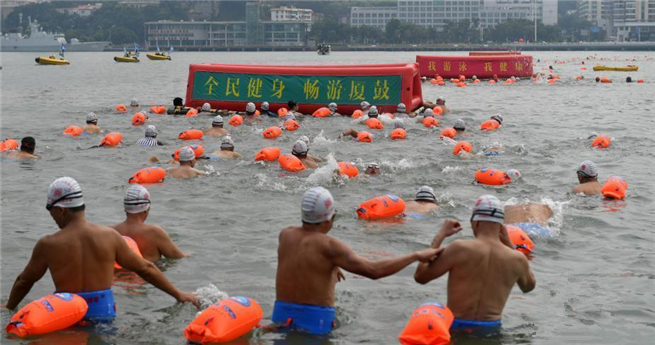 Kulangsu: Mehr als 200 Personen schwimmen durch die Lujiang Bucht