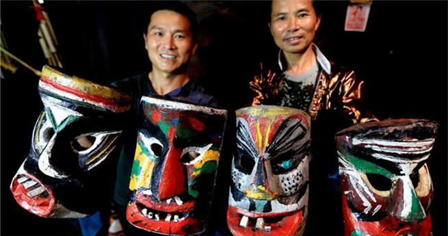 Manggao-Maskenhandwerker des Miao-Volks in Guangxi