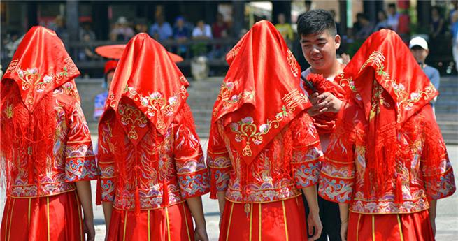 Touristen erleben traditionelle Hochzeiten der nationalen Minderheiten im Südwesten Chinas