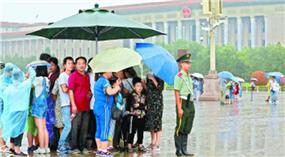 Touristen unter Schirm des Soldaten