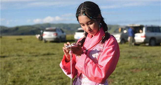 Blindes tibetisches Mädchen findet seinen Weg zur Musik