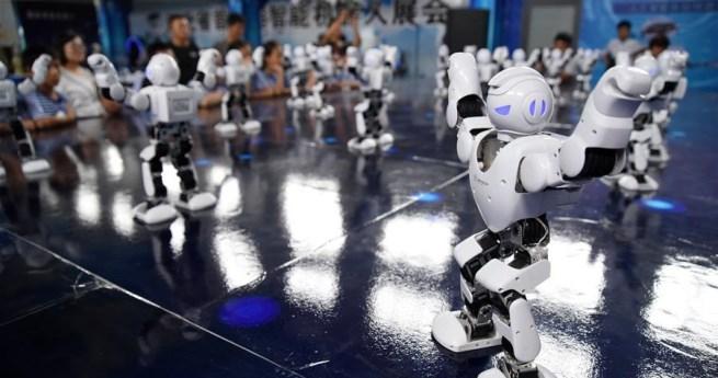 Kinder beobachten Roboter in Hebei