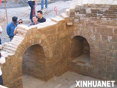 这是1号墓前室的墓道及耳室(9月8日摄)。新华社记者张鸿墀摄 日前,新疆库车县城在修建地下商业街时发现一座有1700年历史的汉式墓葬。这是在新疆首次发现典型的汉式砖室墓。通过与在江苏、山东、陕西、河南、山西以及甘肃河西等地发现的墓葬资料对比,这些汉式墓葬的时间可以推定为魏晋十六国时期(公元3世纪中后至4世纪)。这批典型汉式墓群的发现及发掘填补了古龟兹地方史的空白,对于研究并探索魏晋时期中原王朝与西域绿洲城邦国家之间密切的政治、经济、文化关系,具有重大的历史考古价值。