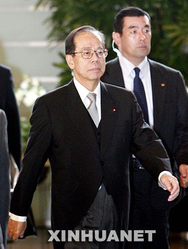 9月26日、首相官邸に入る日本の新首相福田康夫氏