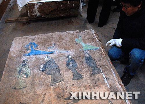1月17日,山东省考古研究所的工作人员在观察汉代彩色壁画。