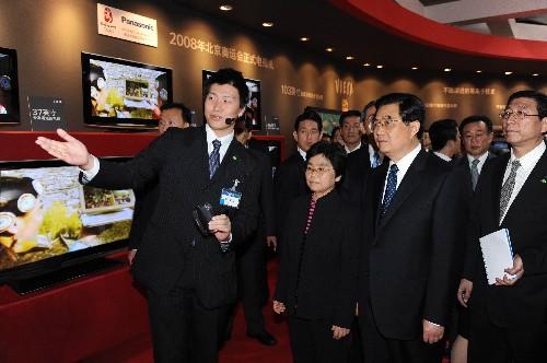 訪日中の胡錦涛国家主席は10日、国際的に有名な電器メーカーの松下電器を見学した。