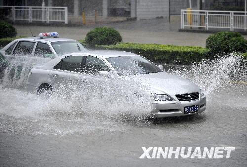 6月25日,车辆在积水严重的107国道深圳宝安段行驶。