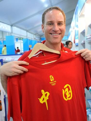 「中国」の文字が入ったTシャツが五輪村で人気